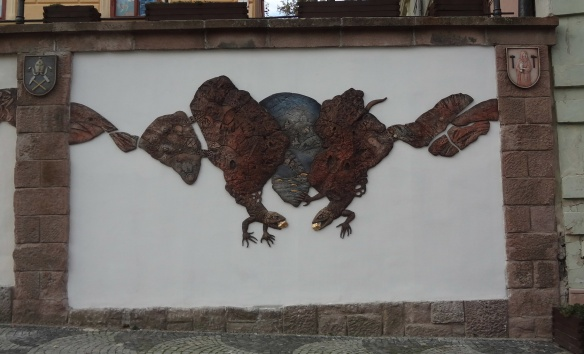 unique wall relief, lizards