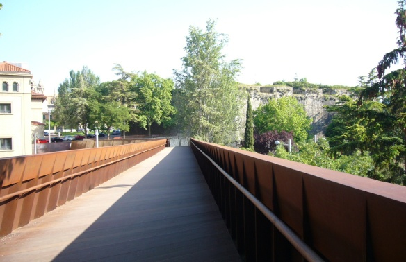 To the House of Bishops (Palacio Episcopal) through the pedestrian bridge.