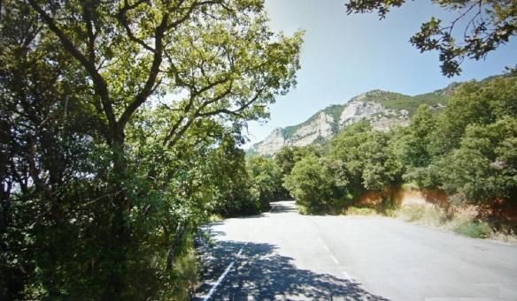 Narrow mountain path to the Monasterio de Leire.
