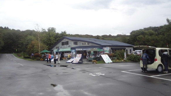 Souvenir shop and parking lot at Otatomari Pond