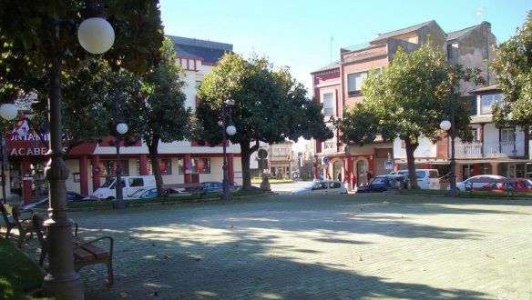 Plaza Mayor Cacabelos, also called Plaza del Ayuntamiento. Left of the house is the Town Hall.