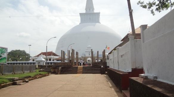 Ruvanveliseya Stupa; I was astonished at the benormity.