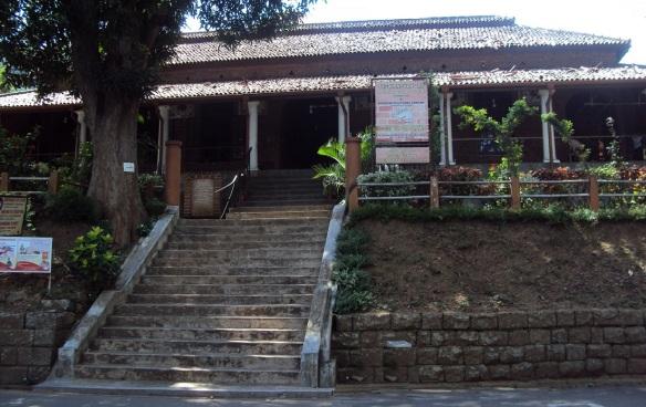 Kandyan Art Association & Cultural Centre is situated near the Queens Bath.