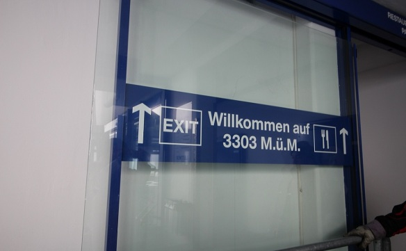 Willkommen auf 3303 M.Ü.M. (Welcome to 3303 m above sea level). To observation deck, restaurant and souvenir shop.