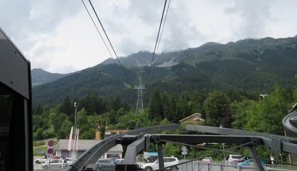 Took a ropeway, went up to the top of Mt. Hafelekarspitze from here.
